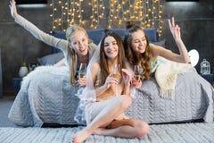 Jeunes femmes buvant du champagne Photos libres de droits