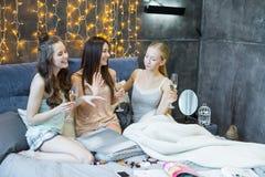 Jeunes femmes buvant du champagne Image libre de droits