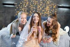 Jeunes femmes buvant du champagne Photographie stock