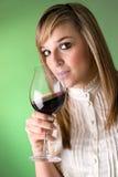 Jeunes femmes buvant du vin Photographie stock