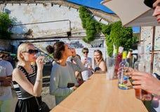 Jeunes femmes buvant du vin dans la barre extérieure Photo stock