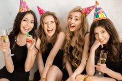 Jeunes femmes célébrant ensemble l'anniversaire d'isolement sur le blanc Photos libres de droits