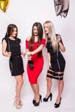 Jeunes femmes célébrant et champagne ouvert sur la partie Images stock