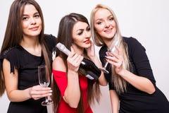 Jeunes femmes célébrant et champagne ouvert sur la partie Photographie stock