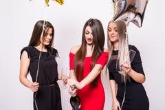 Jeunes femmes célébrant et champagne ouvert sur la partie Photographie stock libre de droits