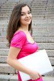 Jeunes femmes caucasiennes d'étudiant avec l'ordinateur portatif Image stock