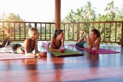 Jeunes femmes causant après classe de yoga Photos libres de droits
