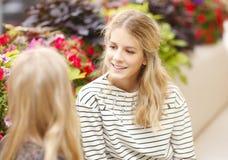 Jeunes femmes causant au café Photo libre de droits