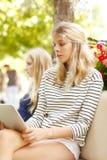 Jeunes femmes causant au café Photos libres de droits