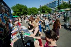 Jeunes femmes choisissant des robes sur des cintres Photo libre de droits