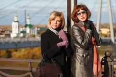 Jeunes femmes contre une passerelle Photo stock