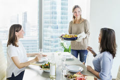 Jeunes femmes dînant ensemble dans la cuisine moderne Photographie stock libre de droits
