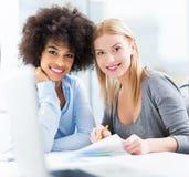 Jeunes femmes d'affaires photo stock