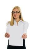 Jeunes femmes d'affaires affichant le papier blanc Image libre de droits