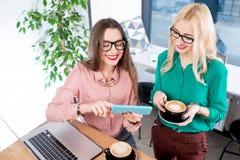Jeunes femmes d'affaires au café Photos stock