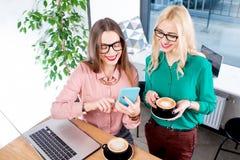 Jeunes femmes d'affaires au café Images stock