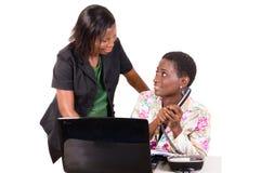 Jeunes femmes d'affaires au travail au bureau images libres de droits