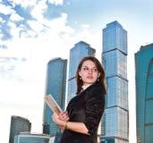Jeunes femmes d'affaires avec l'agenda dans des ses mains Images libres de droits
