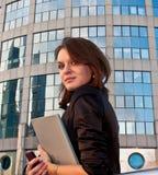 Jeunes femmes d'affaires avec l'agenda dans des ses mains Images stock