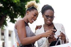Jeunes femmes d'affaires avec le téléphone intelligent dehors Photo stock