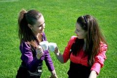 Jeunes femmes d'affaires buvant le thé et parler Photos stock
