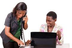 Jeunes femmes d'affaires dans le bureau image stock