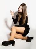 Jeunes femmes d'affaires de mode belles dans une peu de robe noire avec des accessoires, tenant un verre de vin vide photos libres de droits