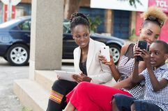 Jeunes femmes d'affaires de sourire partageant des boîtes de lait photo libre de droits