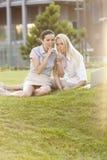 Jeunes femmes d'affaires faisant des gestes le silence dans la pelouse de bureau Photo libre de droits