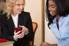 Jeunes femmes d'affaires faisant la photo de selfie Photographie stock libre de droits