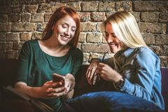 Jeunes femmes d'affaires Il est temps de détendre des affaires et de faire Photographie stock