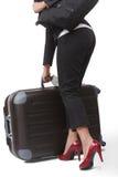 Jeunes femmes d'affaires mettant son bagage Photos stock