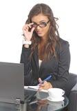 Jeunes femmes d'affaires mignonnes à son bureau Image stock