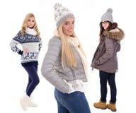 Jeunes femmes dans des vêtements d'hiver d'isolement sur le blanc Photo libre de droits