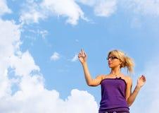 Jeunes femmes dans l'amour dans le ciel bleu Photographie stock libre de droits