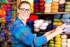 Jeunes femmes dans la boutique de tricotage Images libres de droits