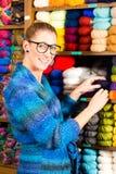 Jeunes femmes dans la boutique de tricotage Photographie stock libre de droits