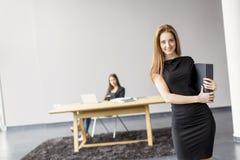 Jeunes femmes dans le bureau Image libre de droits