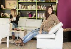 Jeunes femmes dans le café Images stock