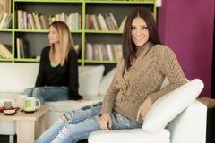 Jeunes femmes dans le café Photo libre de droits