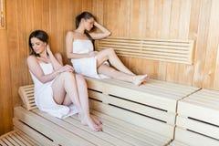 Jeunes femmes dans le sauna Photographie stock
