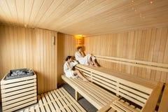 Jeunes femmes dans le sauna Images stock