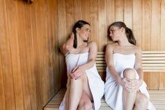 Jeunes femmes dans le sauna Photo libre de droits