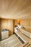 Jeunes femmes dans le sauna Photos stock