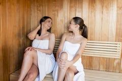 Jeunes femmes dans le sauna Photo stock