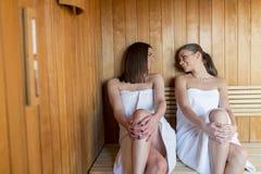 Jeunes femmes dans le sauna Image stock