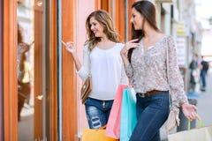 Jeunes femmes dans les achats Photo stock