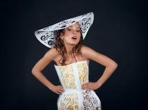 Jeunes femmes dans les dreass et le chapeau de papier Photo stock