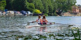Jeunes femmes dans les paires Sculling sur la rivière Ouse à St Neots Image libre de droits