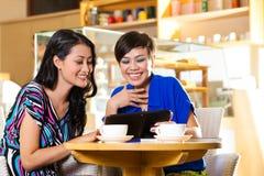 Jeunes femmes dans un café asiatique Images libres de droits
